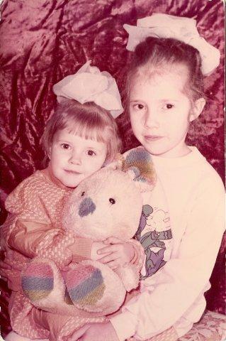 Люся Алексеенко в детстве со старшей сестрой