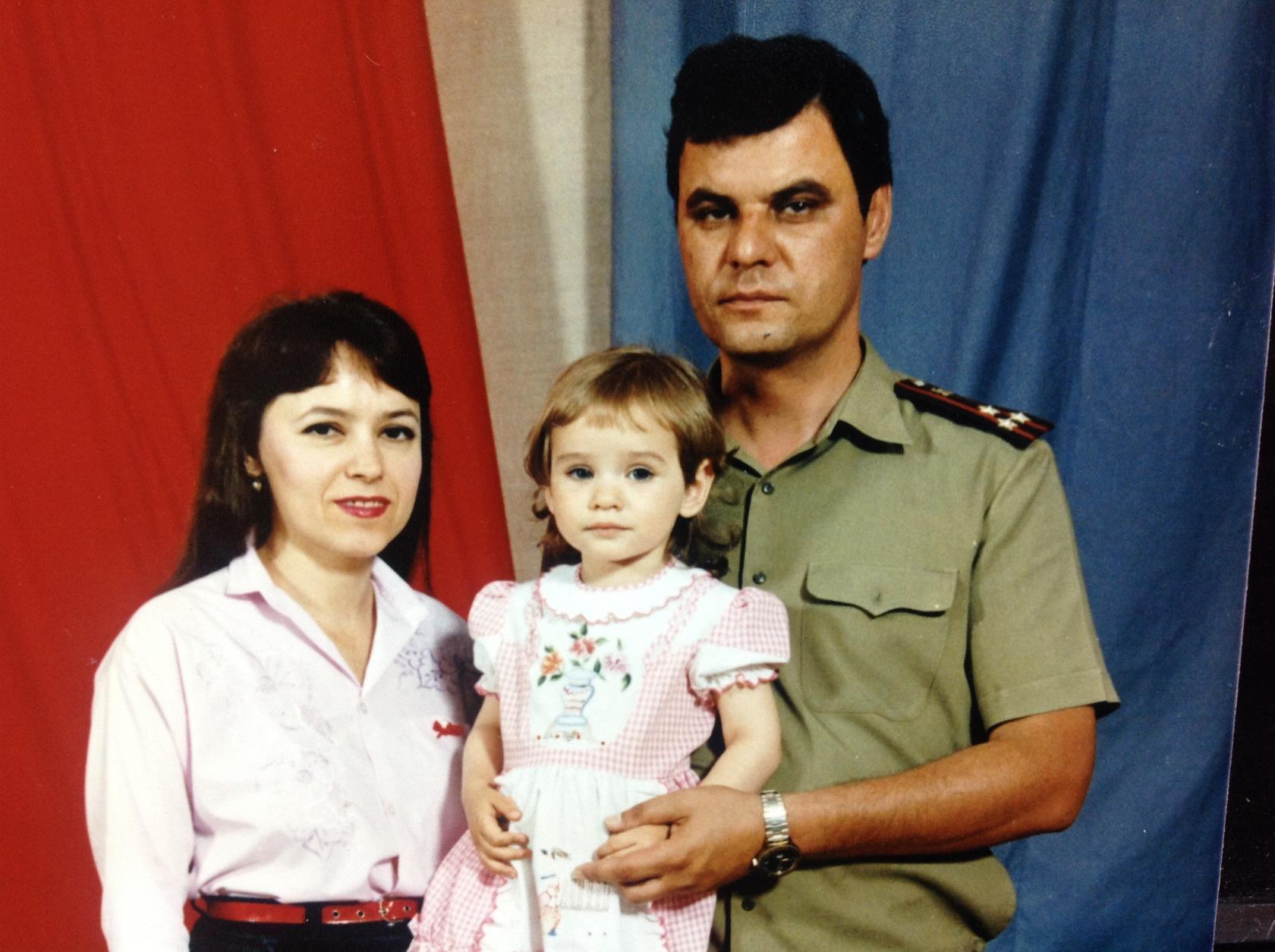 Мира Жемчугова в детстве с родителями