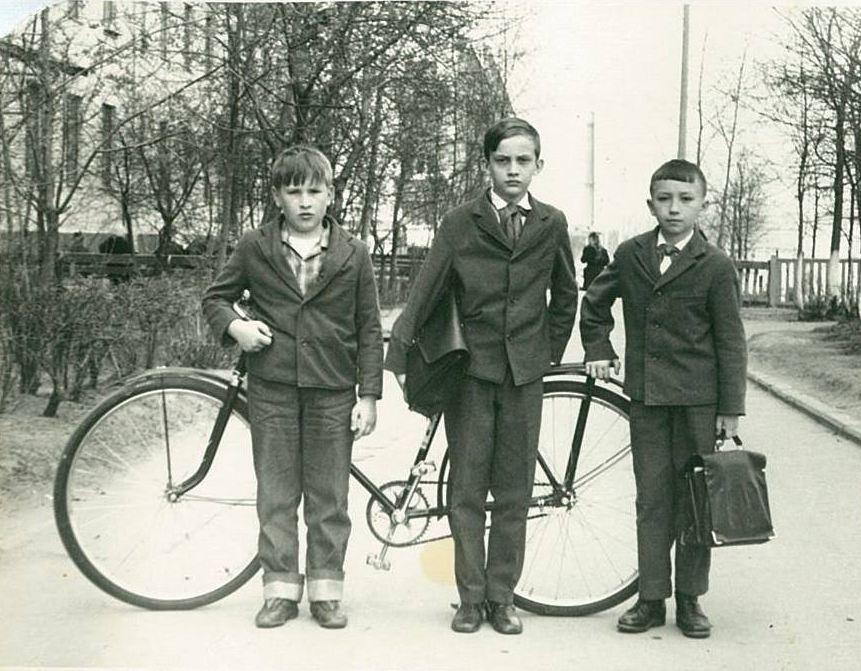 Игорь Журавлев в детстве (в центре) 1974 год