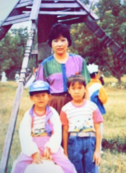 Евгений Сангаджиев в детстве с сестрой и мамой