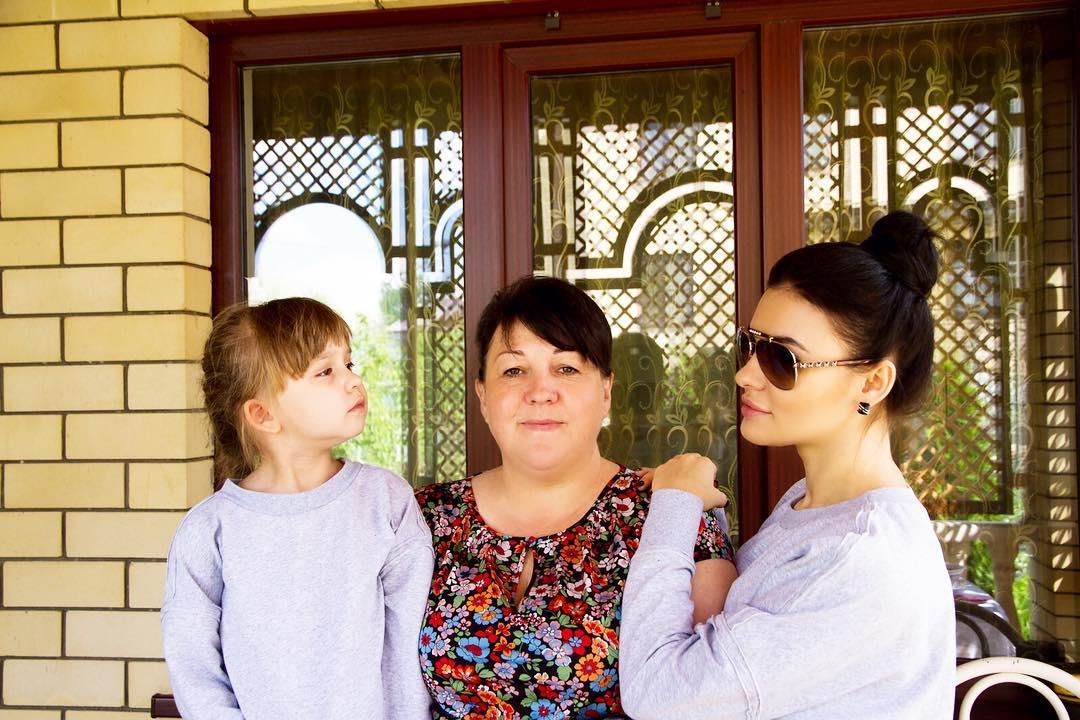 Екатерина Салина с мамой и дочерью